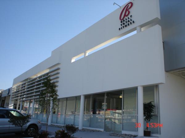 Aluminarq fabricaci n e instalaci n de canceler a en for Fachadas edificios minimalistas